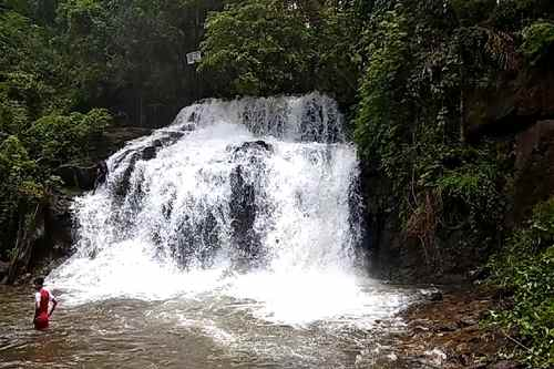 Cheemeni waterfall is situated in Cheemeni